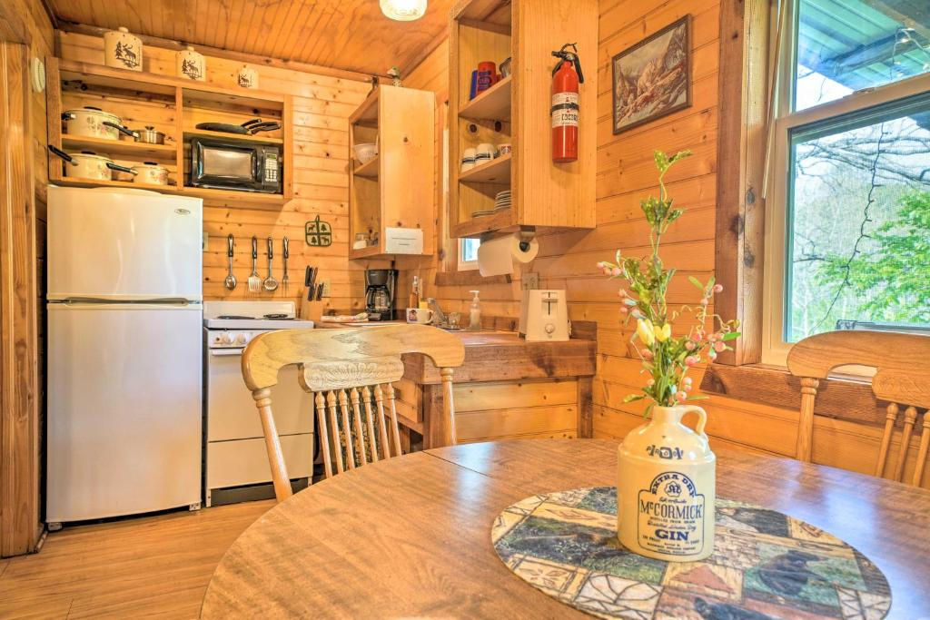 Rustic Davis Cabin Less Than 0.5 Mile to Turner Falls