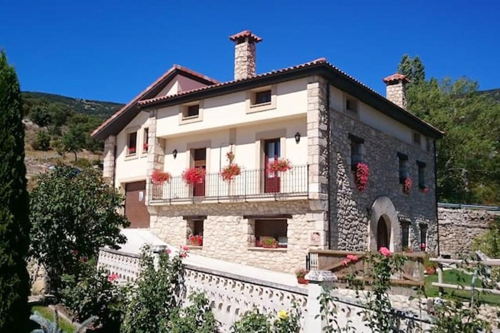 House with 5 bedrooms in Merindad de Valdivielso with wonderful mountain view enclosed garden and WiFi 50 km from the slopes