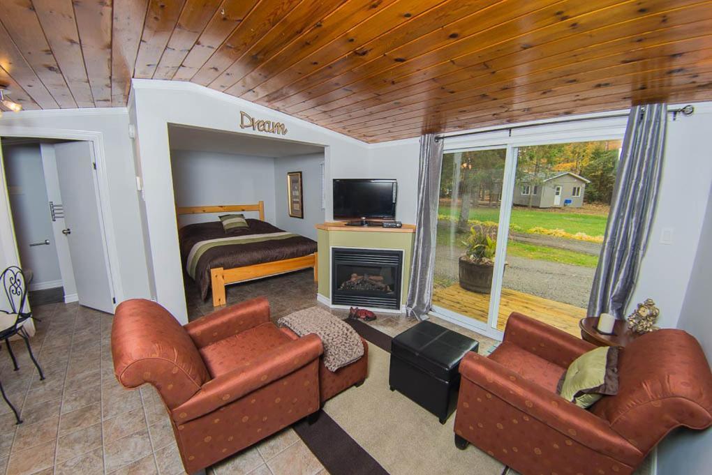 A seating area at Safe Haven Cottage Resort