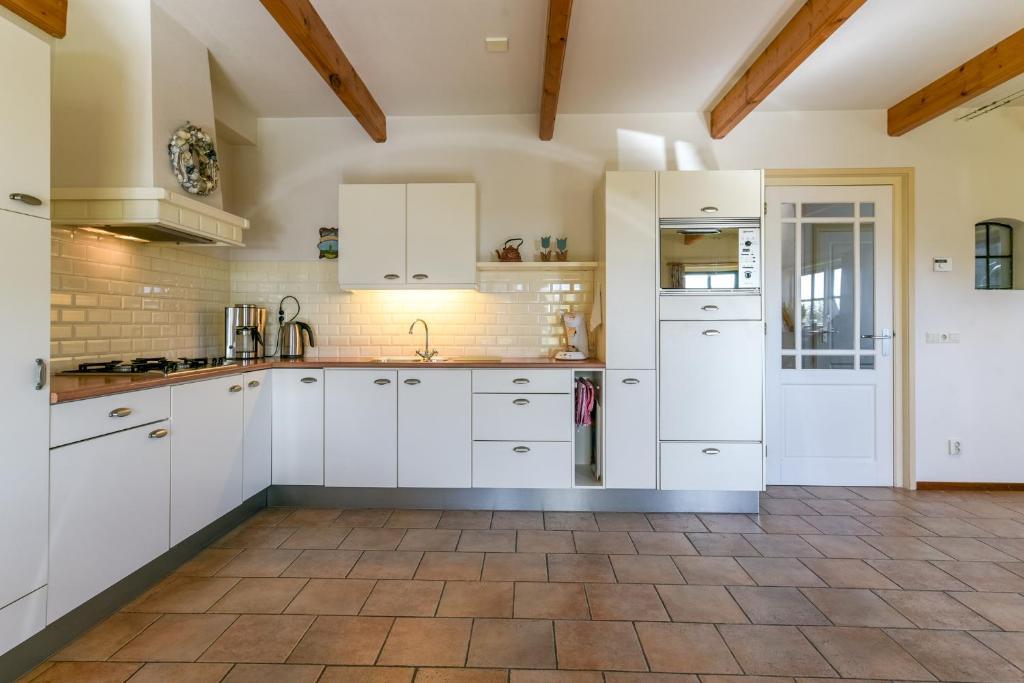 A kitchen or kitchenette at De Fladderak