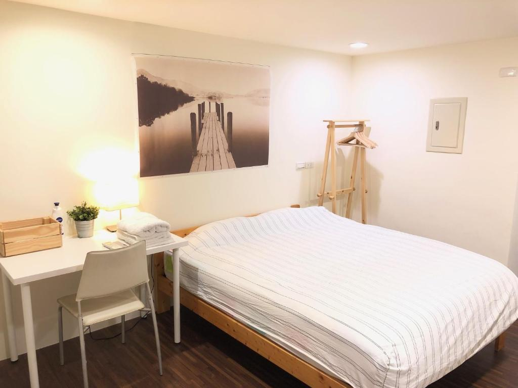 A bed or beds in a room at 新宿車站 ~ 電梯陽台房 ~~走路都能到@免清潔費