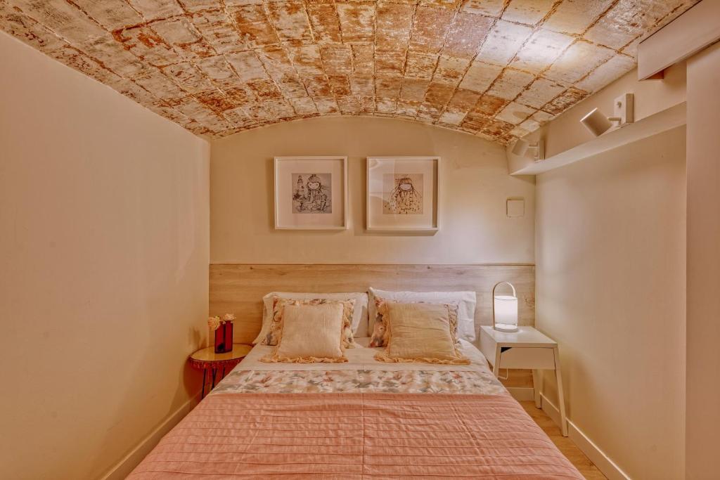 A bed or beds in a room at Gran casa al lado de la playa y Barcelona Centro