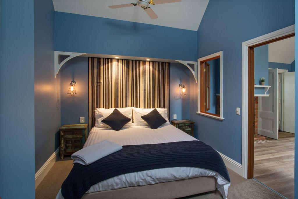 A bed or beds in a room at Oak Tree Lodge