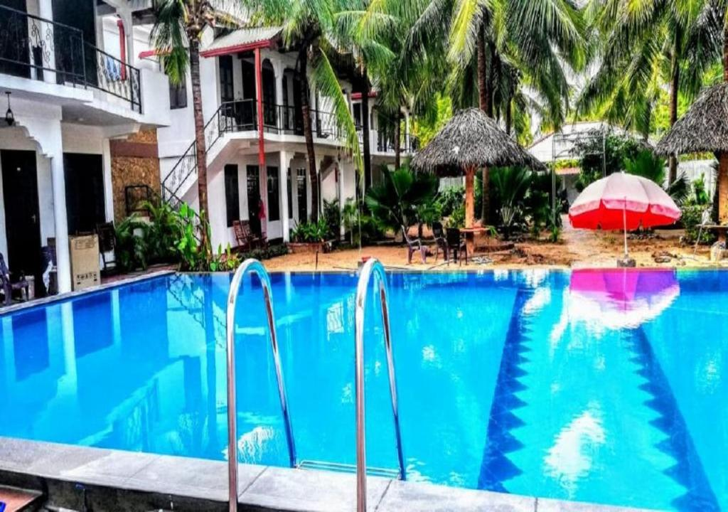 The swimming pool at or close to Crescent Sea Resort