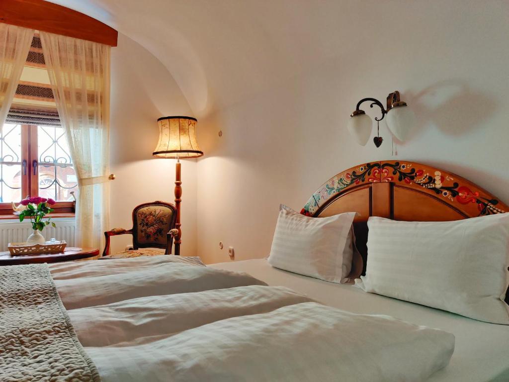 Un pat sau paturi într-o cameră la La Teo Pensiune si Pivnita