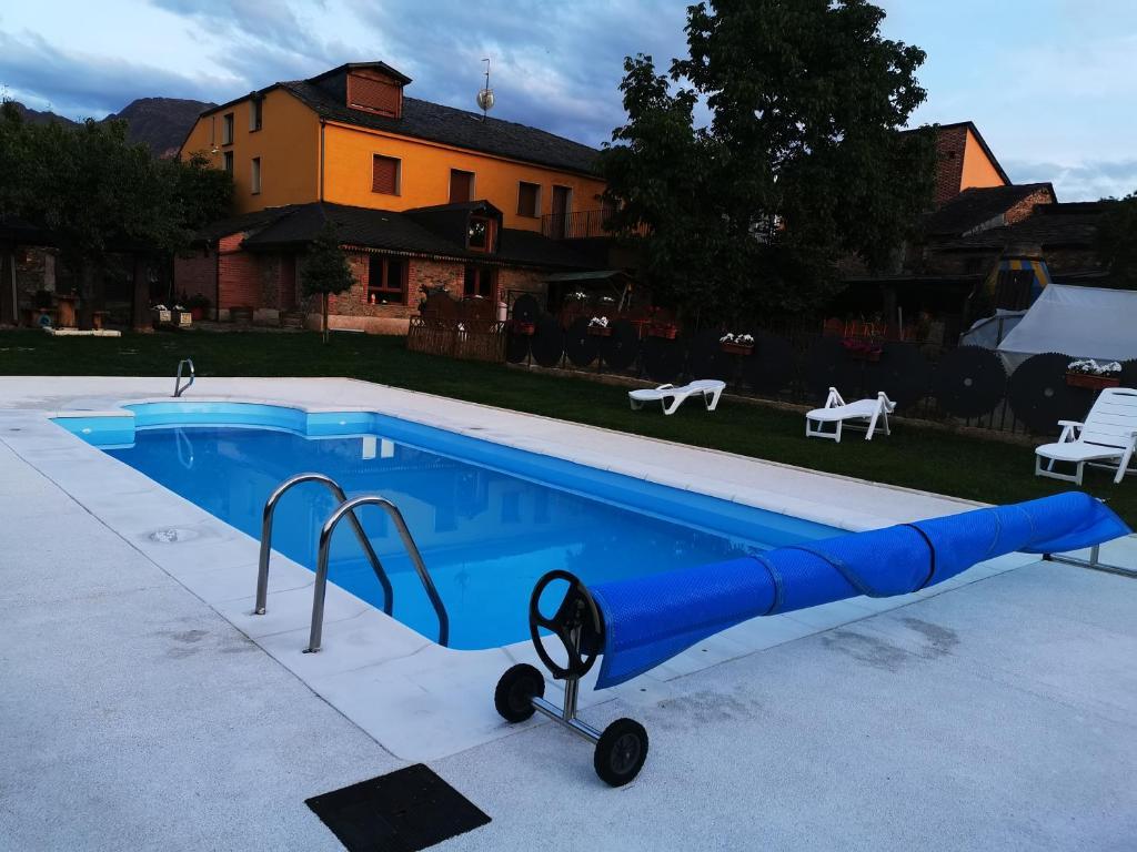 The swimming pool at or near Cornatel Médulas