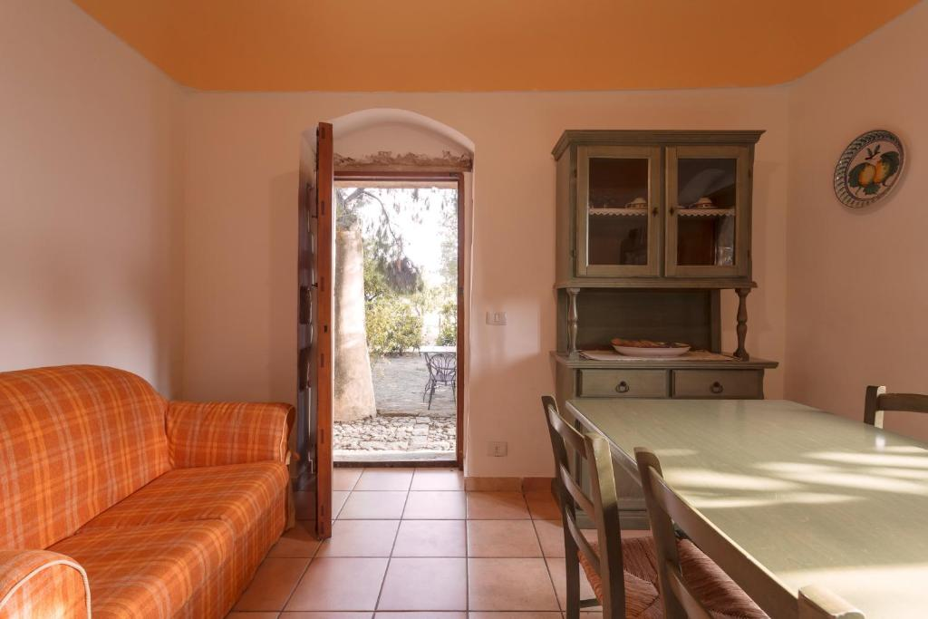 A seating area at Apartment with one bedroom in Chiaramonte Gulfi with shared pool enclosed garden and WiFi 20 km from the beach