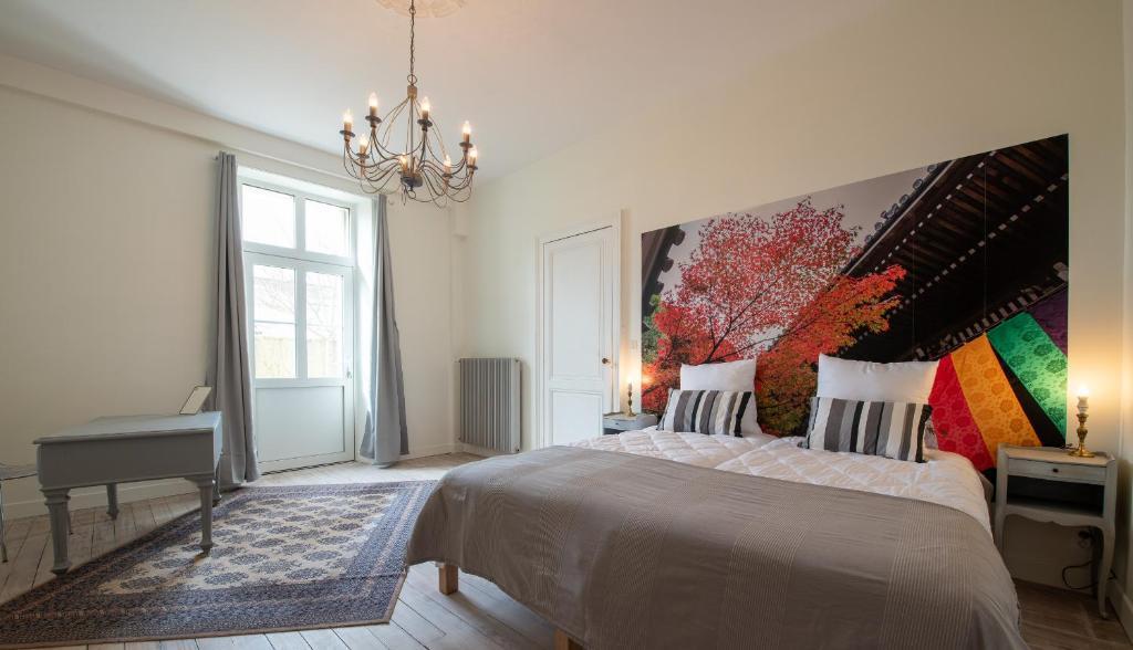 A bed or beds in a room at Parenthèse à Margaux - Gîte de Charme classé 4 étoiles
