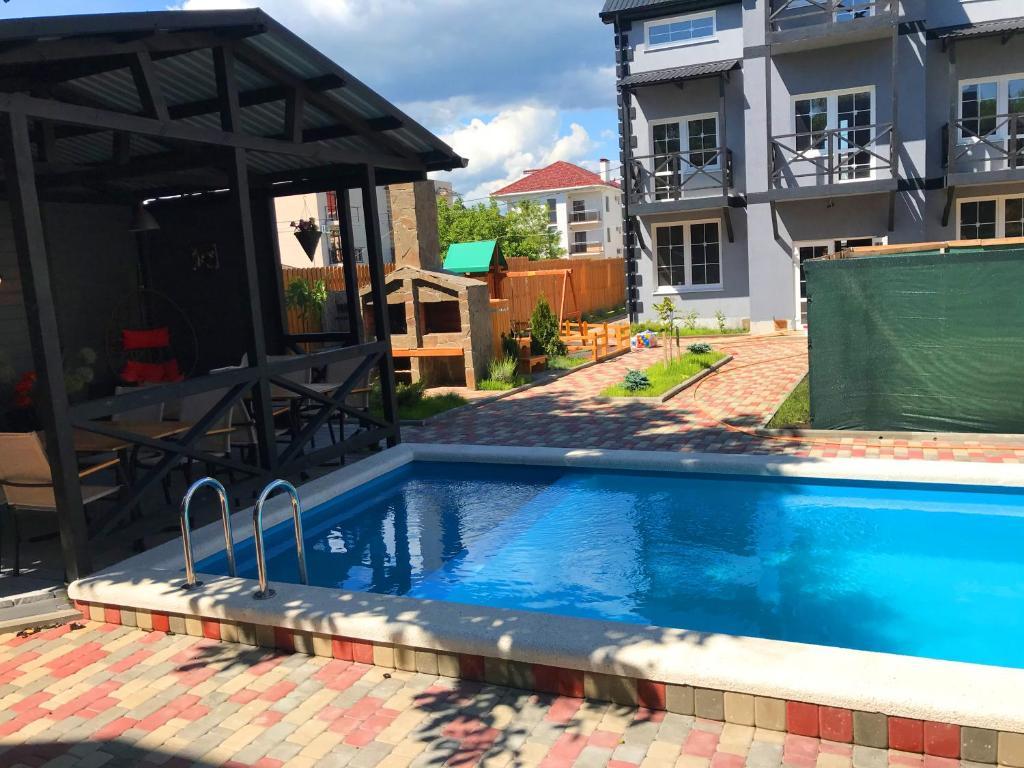 The swimming pool at or near Рай в шалаше