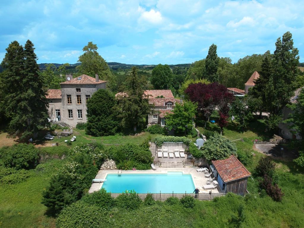 Uitzicht op het zwembad bij Domaine Bessiere of in de buurt