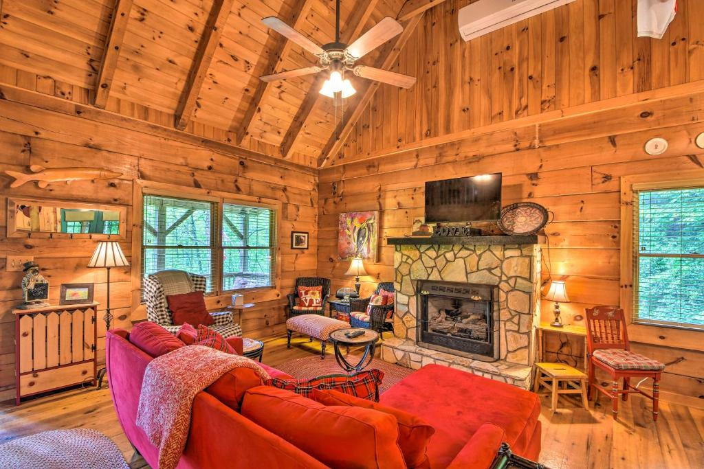 Secluded Smoky Mtn Cabin with Hot Tub & Fire Pit