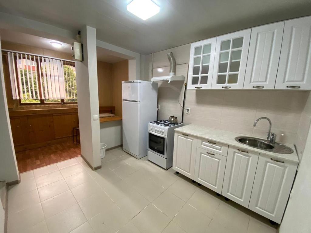 Кухня или мини-кухня в Apartment on ulitsa Gagarina