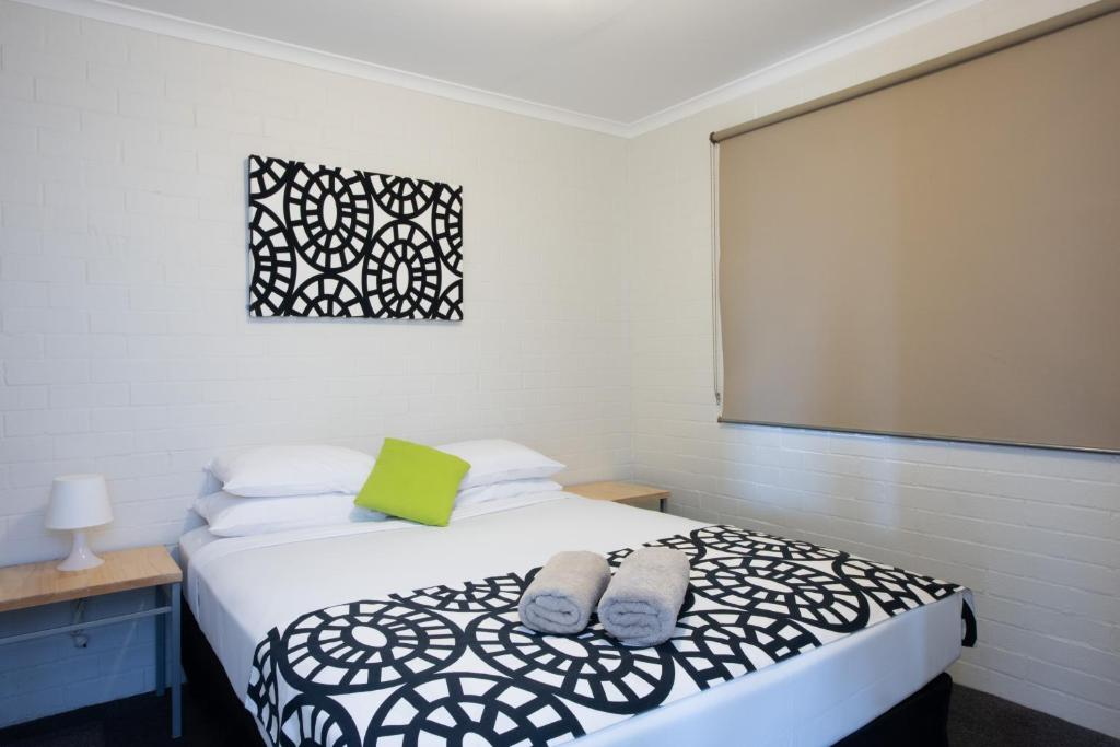 A bed or beds in a room at Geraldton's Ocean West Holiday Units & Short Stay Accommodation