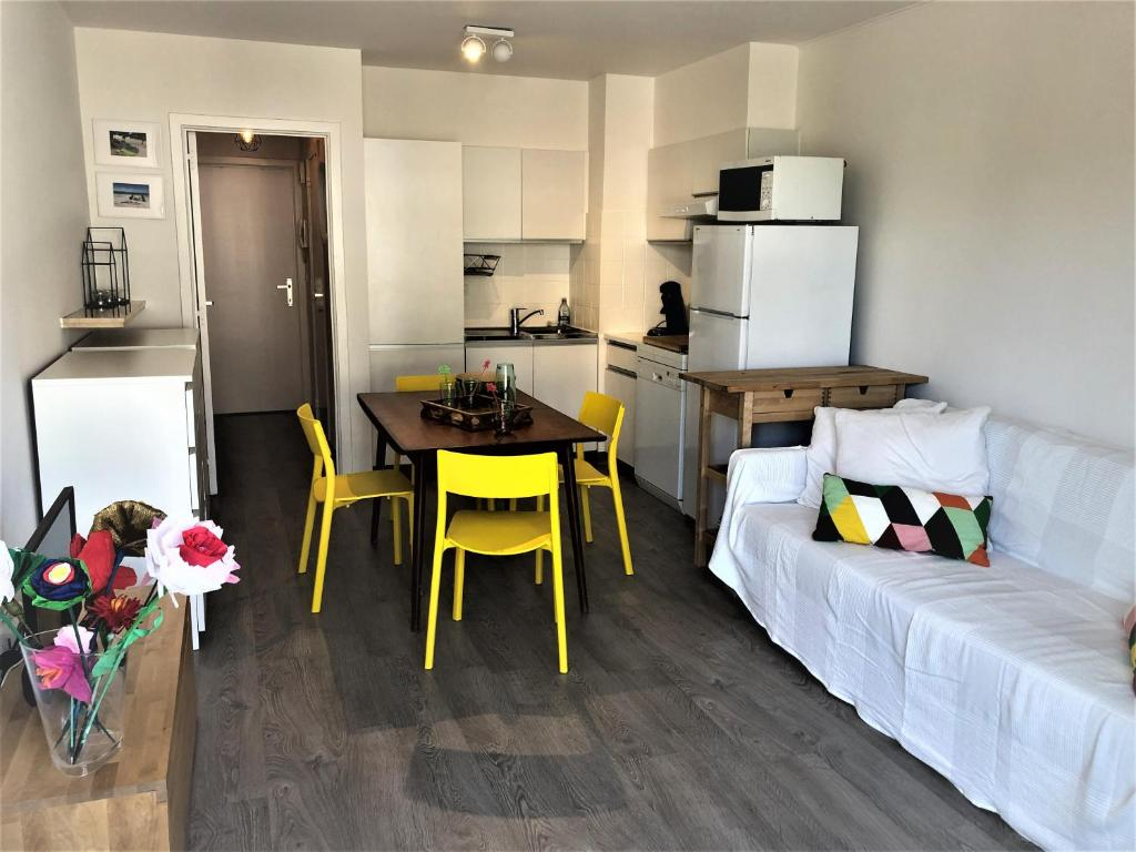 A kitchen or kitchenette at Beach Life