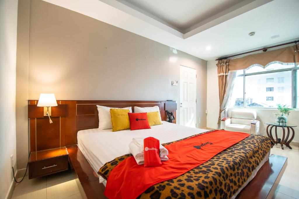 A bed or beds in a room at RedDoorz Trang An Hotel