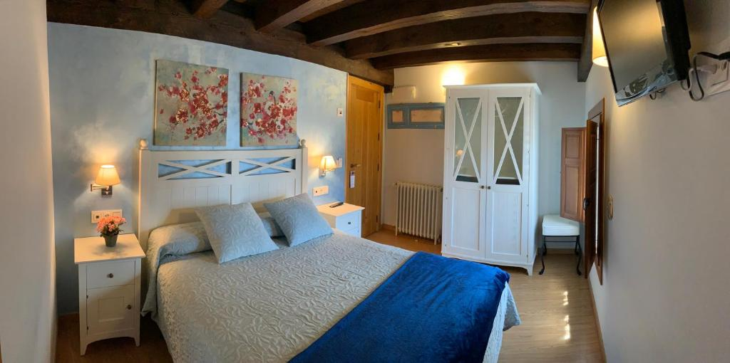A bed or beds in a room at Hotel Villa Fontanas