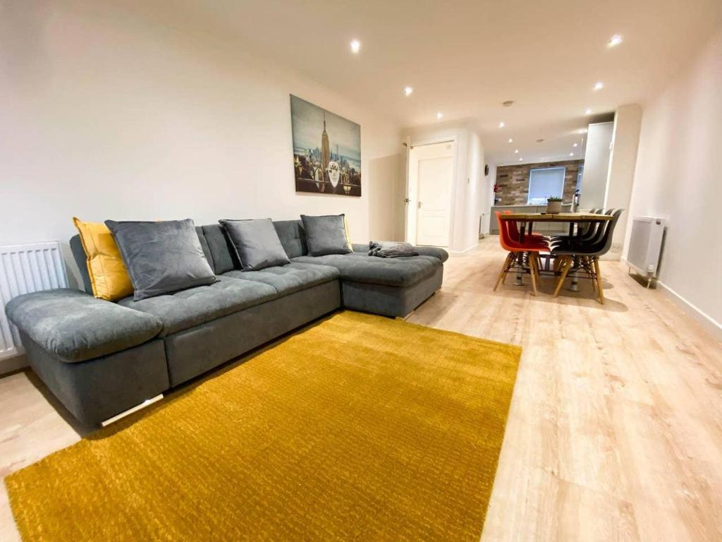 A seating area at Large Modern 3 Bedroom Apt with Free Parking