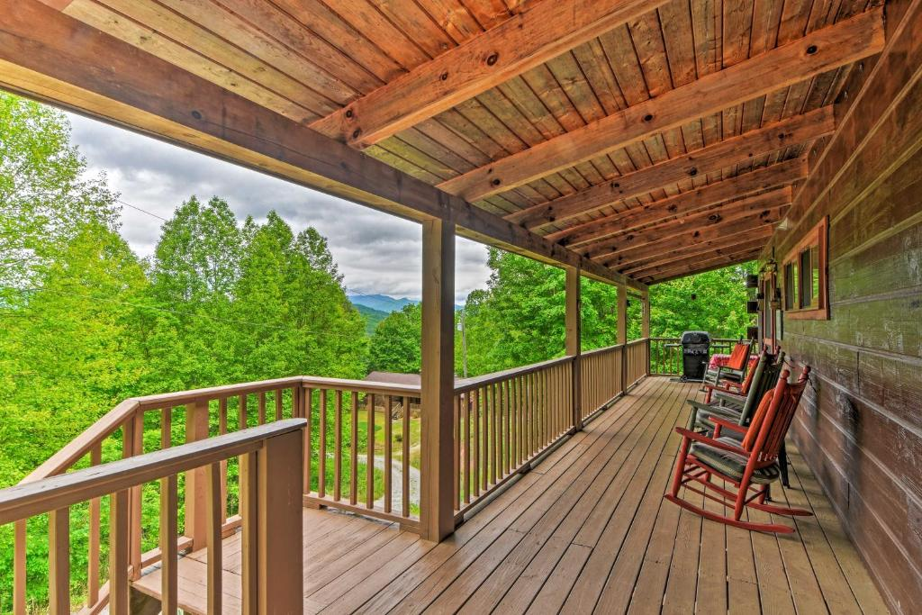 Bryson City Cabin with Private Hot Tub & Pool Table!