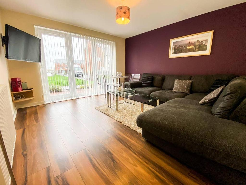 A seating area at Glasgow Ellerslie Path 2bd Home - Parking