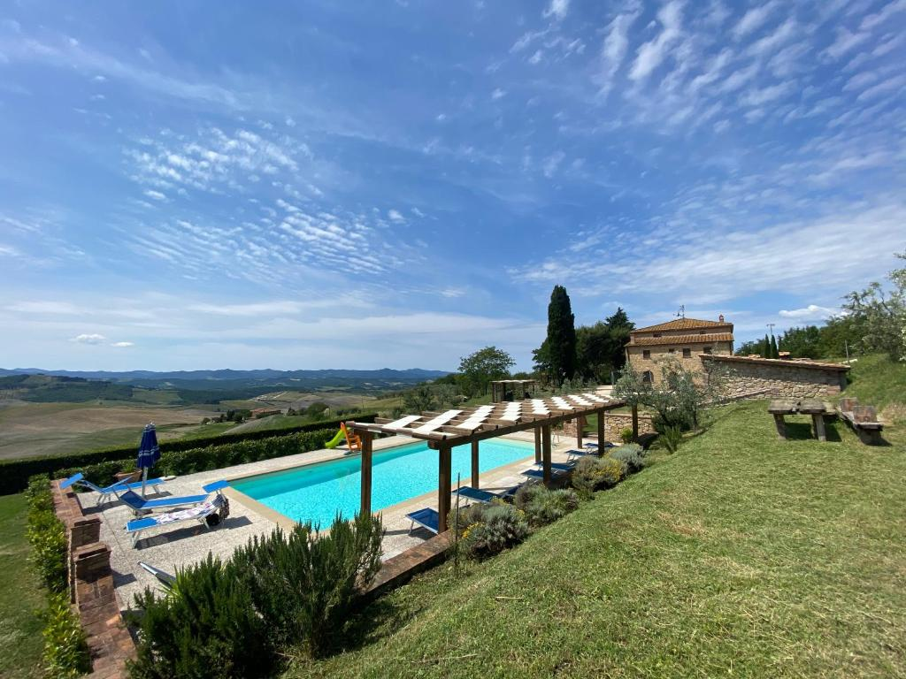 A view of the pool at Agriturismo Casallario or nearby