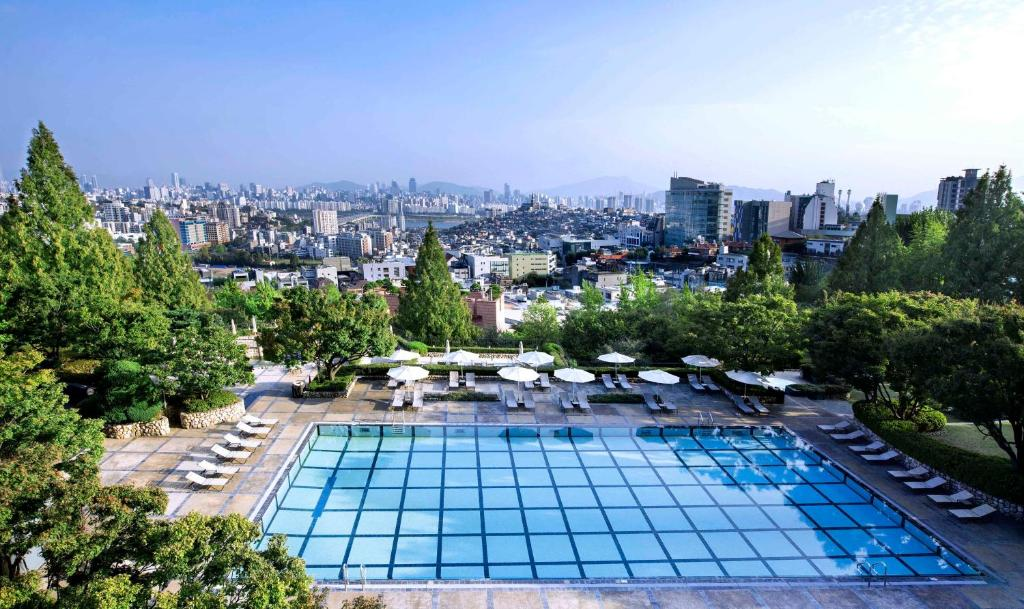 A view of the pool at Grand Hyatt Seoul or nearby
