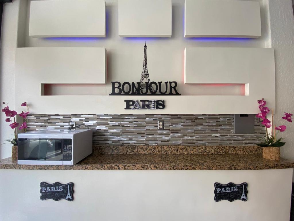 Кухня или мини-кухня в Hotel Paris