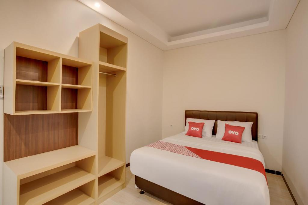 A bed or beds in a room at OYO 3426 Innova Suites Home