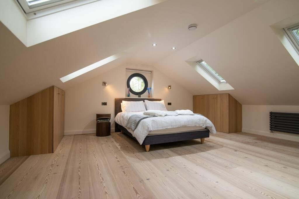 A bed or beds in a room at Luxury Coach house next to woodland in Knutsford
