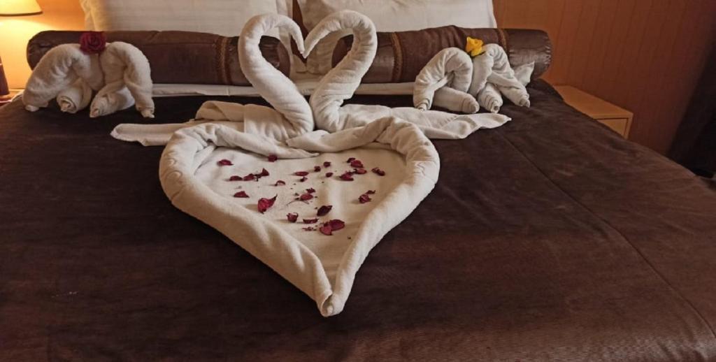 سرير أو أسرّة في غرفة في Zamazem Meral Hotel