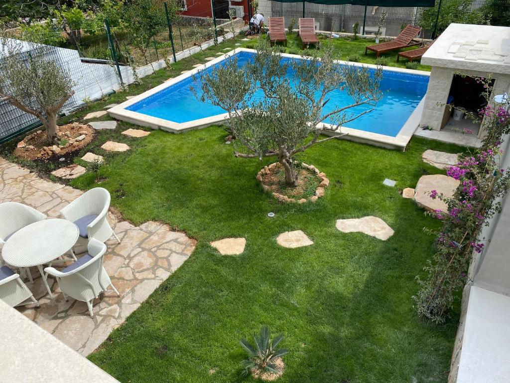 Výhled na bazén z ubytování Villa Mediterra Garden & Pool nebo okolí
