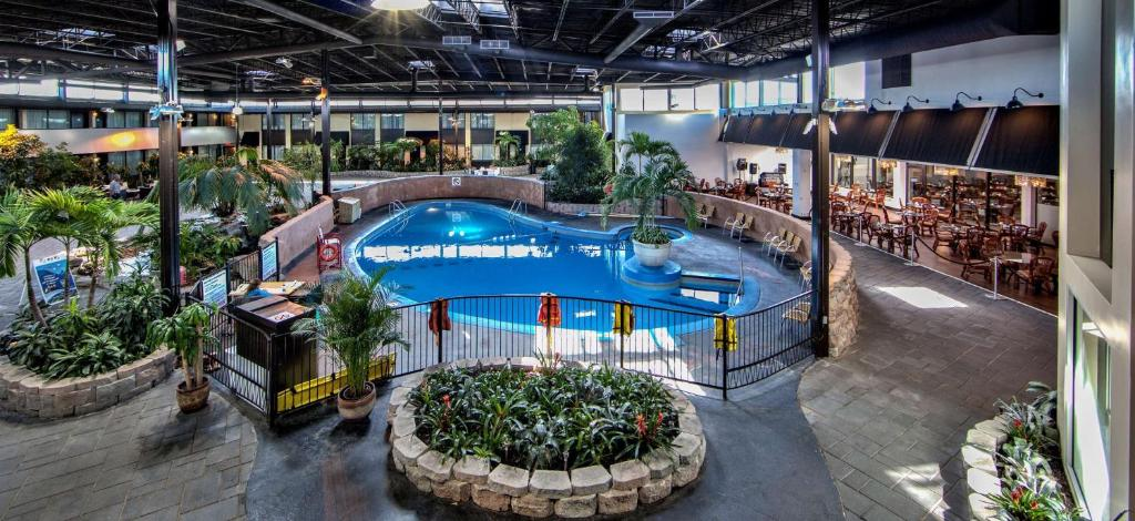 A view of the pool at Best Western Montreal Aéroport-Airport Hotel or nearby