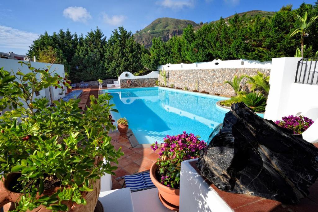 Вид на бассейн в Gattopardo Park Hotel или окрестностях