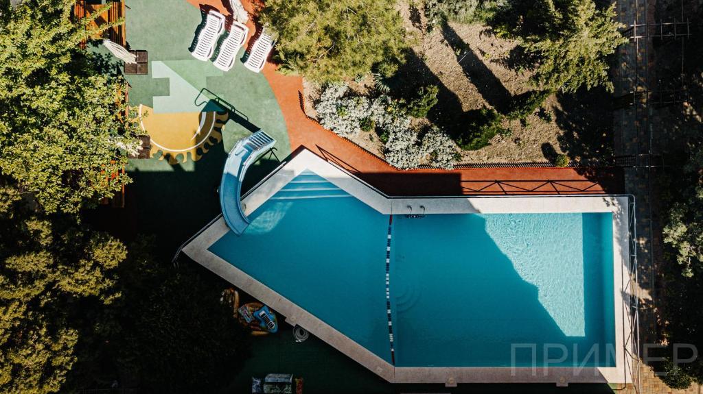 """Вид на бассейн в Семейный гостевой дом """"Самотлорские ночи"""" или окрестностях"""