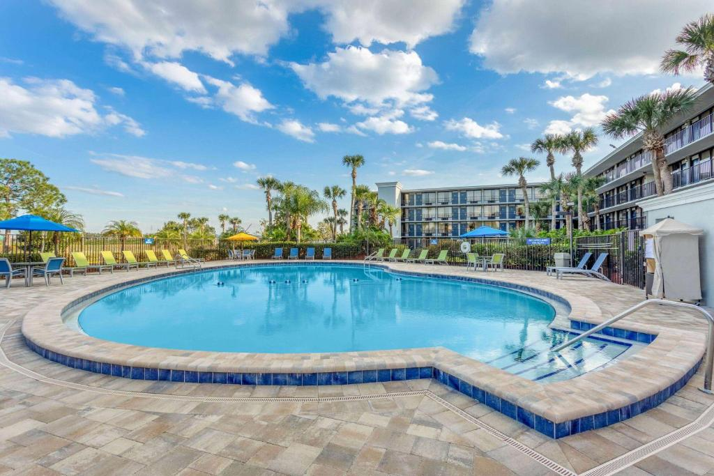 The swimming pool at or close to Days Inn by Wyndham Orlando Conv. Center/International Dr