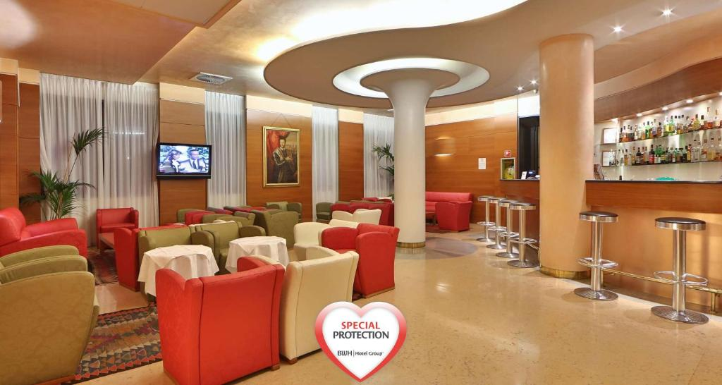 The lounge or bar area at Best Western Cavalieri Della Corona