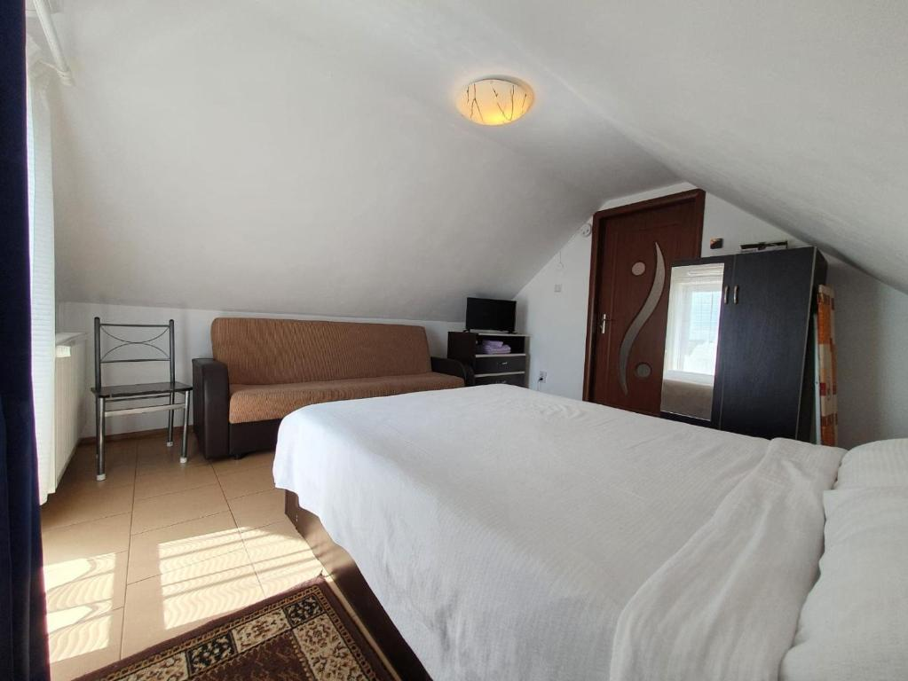 Un pat sau paturi într-o cameră la Charter Apartments Costea