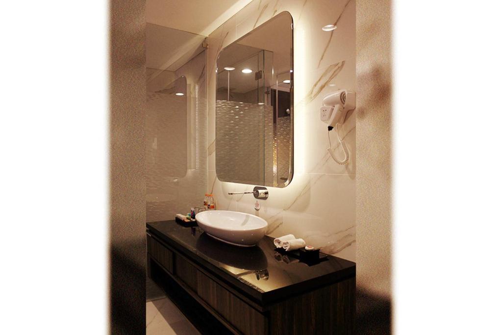 A bathroom at Teraskita Hotel Jakarta managed by Dafam