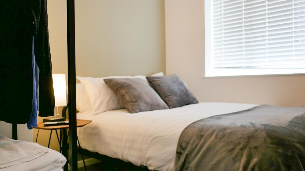 A bed or beds in a room at Luxury Modern Apartment with Netflix