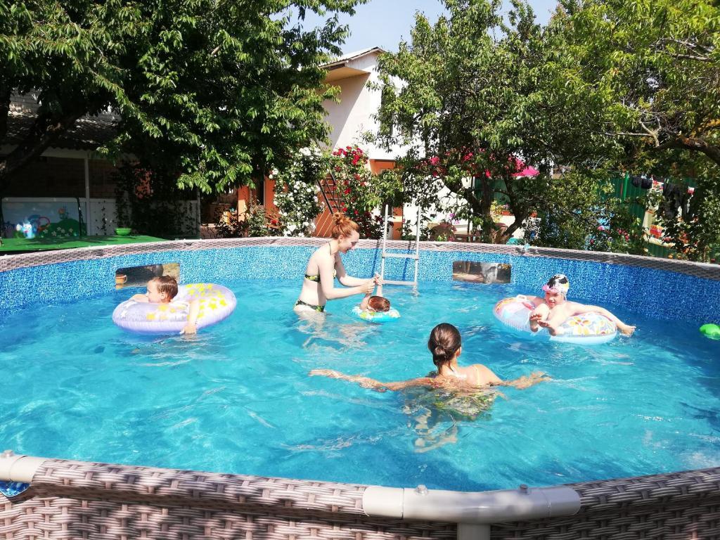 Бассейн в Guest house Esenia или поблизости