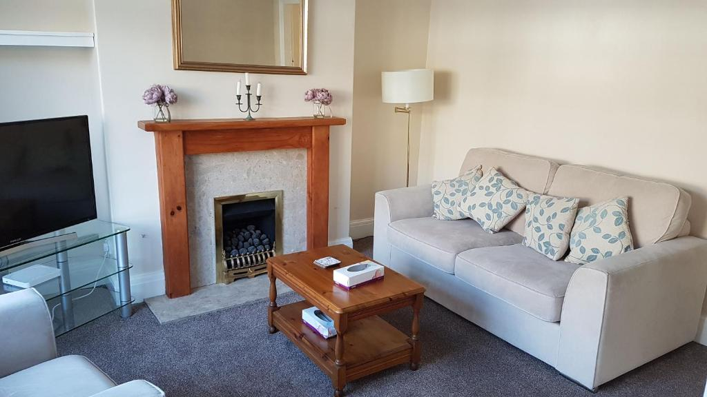 A seating area at Beverley East Townhouse Free Parking