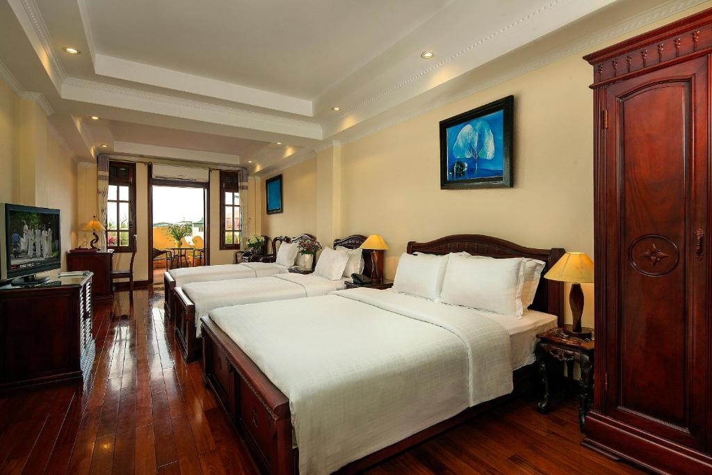 A bed or beds in a room at Lucky 3 Hotel