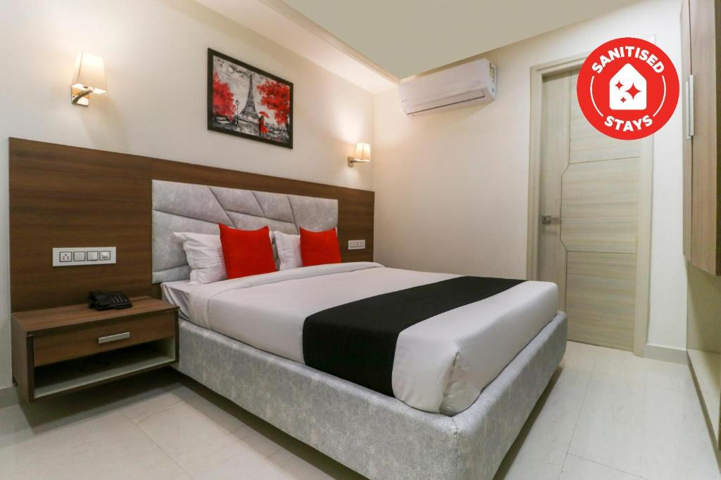 A bed or beds in a room at Capital O 71537 Hotel Athens