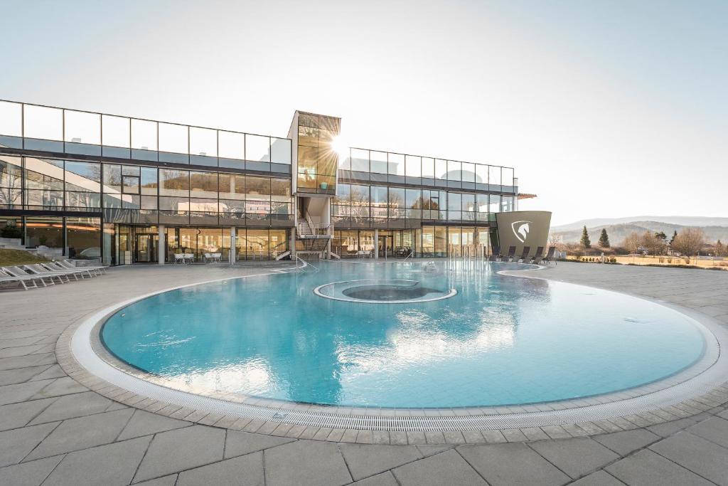 Der Swimmingpool an oder in der Nähe von Hotel und Therme NOVA