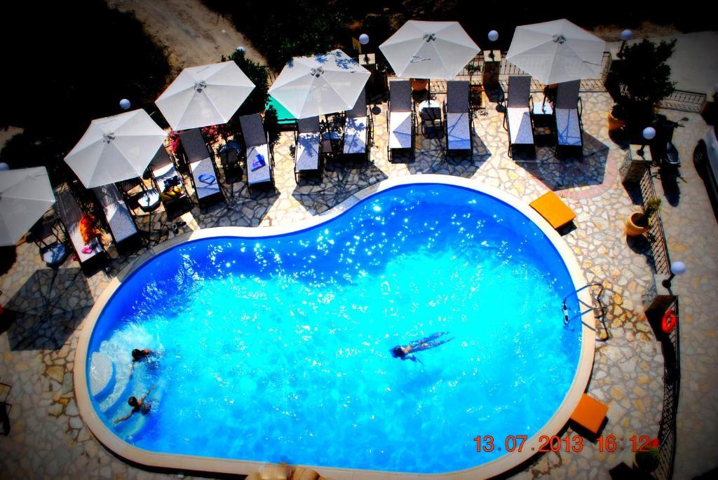 Θέα της πισίνας από το Villa Dorita Luxury Apartments ή από εκεί κοντά