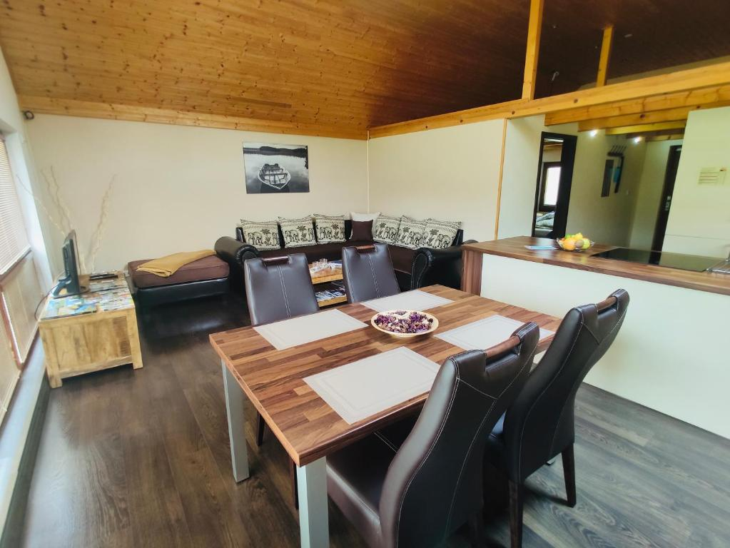 Reštaurácia alebo iné gastronomické zariadenie v ubytovaní Grand Spa Holiday Home