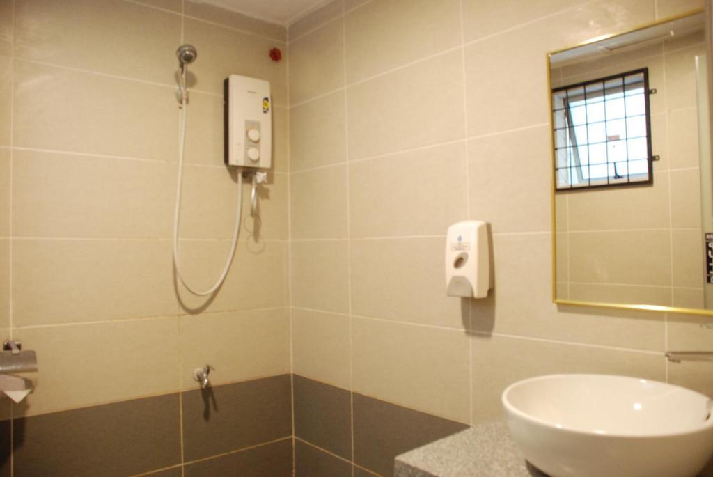 Bilik mandi di Promenade Service Apartment KK