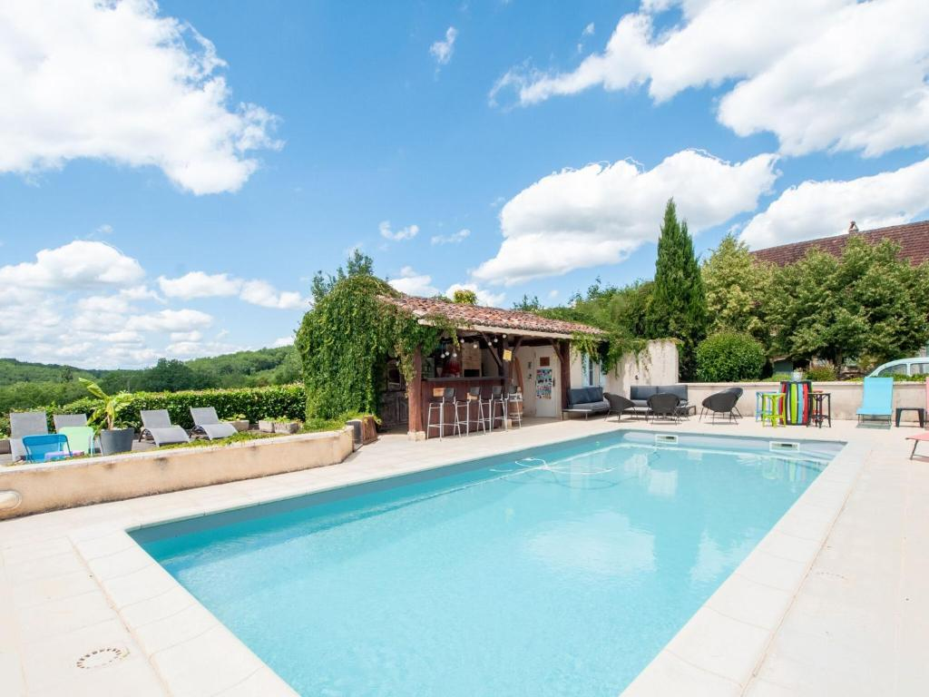 Idyllic Holiday Home in Dégagnac with Jacuzzi near River