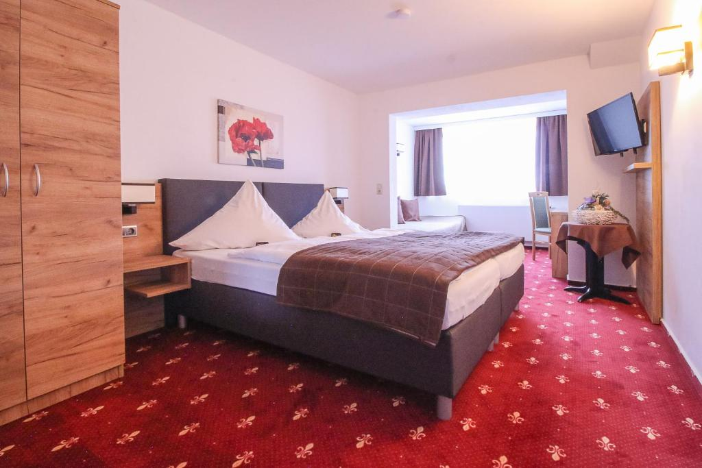 Ein Bett oder Betten in einem Zimmer der Unterkunft Hotel-Restaurant Weinberg
