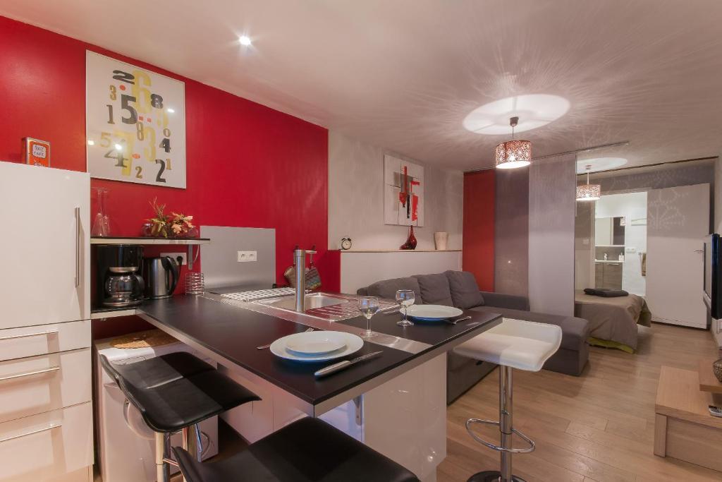 A kitchen or kitchenette at Pom d'Api