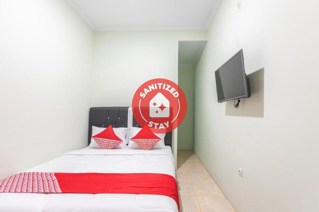 A bed or beds in a room at OYO 3132 Mahkota Sivali